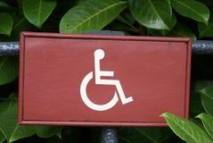 Segno della sedia a rotelle area di accesso o di parcheggio di inabilità Fotografie Stock