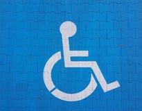 Segno della segnaletica stradale su un fondo blu che denota parcheggio per un veicolo disabile La convenienza di parcheggio del v immagini stock libere da diritti