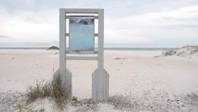 Segno della spiaggia con l'animale e gli uccelli vicino alla spiaggia di Pensacola, Florida archivi video