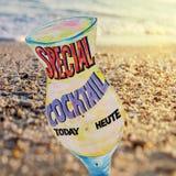 Segno della spiaggia del cocktail sul fondo della spiaggia Fotografie Stock Libere da Diritti