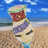 Segno della spiaggia del cocktail sul fondo della spiaggia Immagini Stock Libere da Diritti