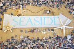 Segno della spiaggia sul fondo della spiaggia Immagine Stock
