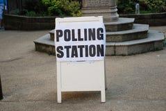Segno della stazione di votazione, Inghilterra Immagini Stock