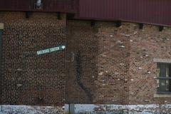 Segno della stazione ferroviaria sul muro di mattoni Fotografia Stock