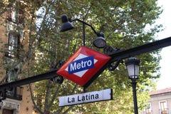 Segno della stazione della metropolitana di Madrid - La Latina Fotografia Stock