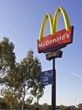 Segno della strada principale di McDonalds Fotografia Stock