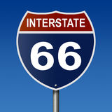 Segno della strada principale per Route 66 da uno stato all'altro Immagini Stock Libere da Diritti