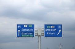 Segno della strada principale sulla frontiera fra l'Ungheria e la Slovacchia con dir immagini stock libere da diritti