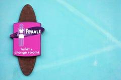 Segno della toilette delle femmine per le femmine fotografie stock libere da diritti
