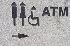 Segno della toilette e segno di BANCOMAT, dettaglio di un segnale di informazione immagine stock libera da diritti