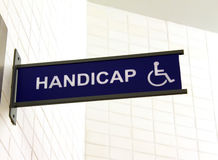 Segno della toletta per l'handicap fotografia stock libera da diritti