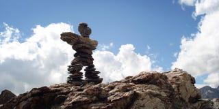 Segno della traccia L'uomo gradisce la piramide di pietra Effetto dell'annata delle montagne di Caucaso Immagine Stock