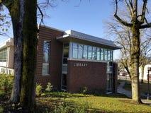 Segno delle biblioteche sui locali della biblioteca della città dell'Oregon fotografia stock