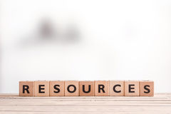 Segno delle risorse su una tavola di legno fotografia stock