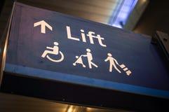 Segno dello storpio per l'ascensore di uso Fotografia Stock Libera da Diritti