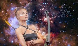 Segno dello zodiaco di Sagittario Astrologia e oroscopo, bello Sagittario della donna sui precedenti della galassia immagini stock