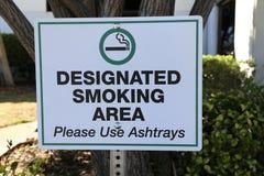 Segno designato di zona fumatori Fotografia Stock Libera da Diritti