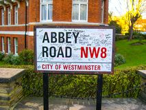 Segno di Abbey Road, famoso anche per la banda di musica di Beatles, Londra Inghilterra fotografie stock libere da diritti