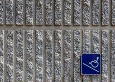 Segno di accesso della rampa sulla priorità bassa del muro di cemento Fotografia Stock Libera da Diritti