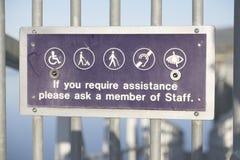 Segno di aiuto del personale dell'aiuto di assistenza per induzione sorda cieca disabile del ciclo fotografie stock