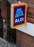 Segno di Aldi con la loro versione 2017 del loro logo fotografia stock