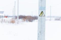 Segno di alta tensione di rischio elettrico del pericolo Fotografia Stock