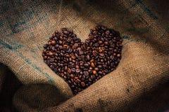 Segno di amore dei chicchi di caffè Fotografia Stock Libera da Diritti