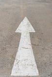 Segno di andata della freccia su struttura della strada Fotografie Stock