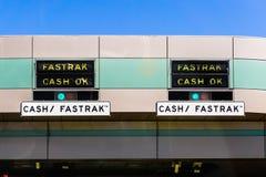 Segno di APPROVAZIONE dei contanti di Fastrak alla stazione autostradale fotografia stock