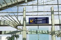 Segno di arrivi dell'aeroporto Fotografie Stock