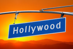 Segno di boulevard di Hollywood con il cielo arancio luminoso di tramonto Immagine Stock