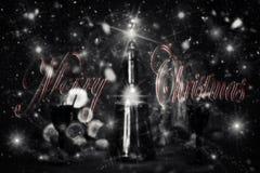 Segno di Buon Natale con la bottiglia d'annata ed i vetri del vino rosso con riferimento a Fotografie Stock