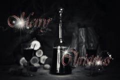 Segno di Buon Natale con la bottiglia d'annata ed i vetri del vino rosso con riferimento a Immagine Stock Libera da Diritti