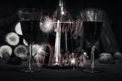 Segno di Buon Natale con la bottiglia d'annata ed i vetri del vino rosso con riferimento a Immagini Stock