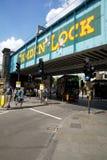 Segno di Camden Lock Market sul ponte ferroviario in Camden London immagine stock libera da diritti