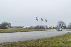 Segno di confine Tedesco-danese al giorno nuvoloso immagini stock libere da diritti