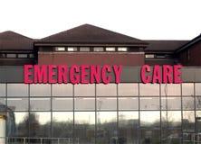 Segno di cura di emergenza sulla costruzione di emergenza e di incidente, re Mill Hospital, Nottingham fotografie stock libere da diritti