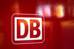 Segno di Deutsche Bahn su un treno rosso a Francoforte sul Meno hesse Germania immagini stock