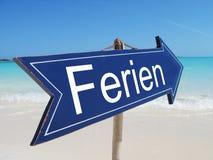 Segno di FERIEN (VACANZA tedesca) Fotografie Stock Libere da Diritti