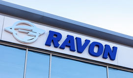 Segno di gestione commerciale dell'automobile di Ravon contro il cielo fotografie stock