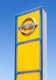 Segno di gestione commerciale di Opel contro cielo blu Fotografie Stock Libere da Diritti