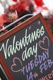 Segno di giorno del biglietto di S. Valentino fuori del fiorista Fotografie Stock