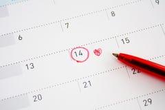 Segno di giorno del ` s del biglietto di S. Valentino sul calendario Immagini Stock Libere da Diritti