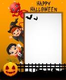 Segno di Halloween con la strega della strega e del ragazzino della bambina ed il diavolo rosso mentre ondeggiando mano Fotografie Stock Libere da Diritti