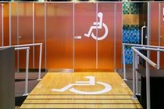 Segno di handicap ad una toilette pubblica fotografie stock libere da diritti
