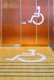 Segno di handicap ad una toilette pubblica immagine stock