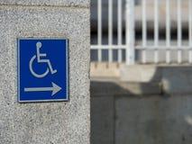 Segno di handicap che indica destra all'aperto fotografia stock