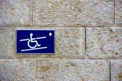 Segno di handicap su una parete immagini stock