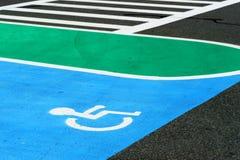 Segno di handicap sul fondo stradale immagini stock