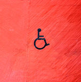 Segno di handicap sulla parete rossa fotografia stock libera da diritti